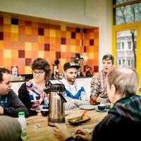 groep mensen aan tafel