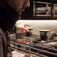 straathoekwerker drinkt koffie