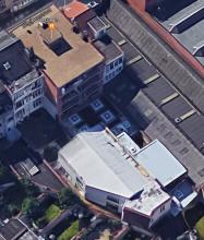 Dit beeld toont een luchtfoto van de achterkant van het gebouw.