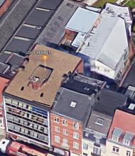 Dit beeld toont een luchtfoto van de voorkant van het gebouw.